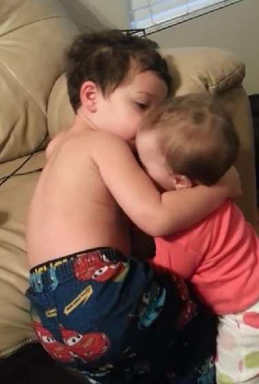 哥哥午睡被妹妹吵醒,他的第一個反應讓我驚訝不已!