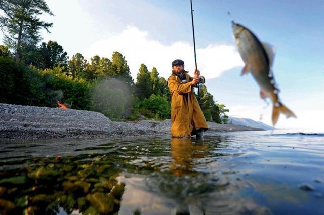 俄羅斯隱居者原始生活住小木屋釣魚裹腹