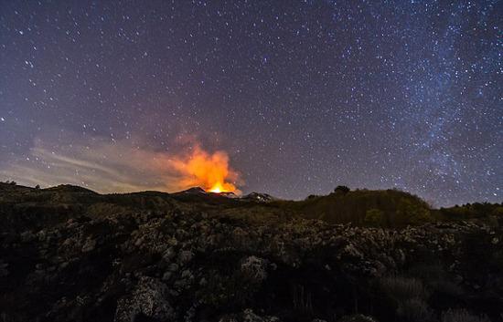 意大利埃特納火山噴發 煙柱夾雜閃電蔚為壯觀