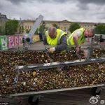 巴黎愛橋拆鎖現場,70萬對情侶愛情的見證全部拆光