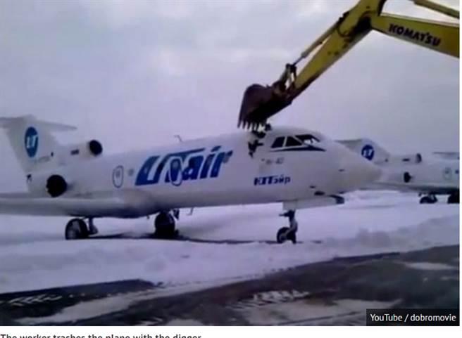 彪悍! 俄機場員工被炒,開挖掘機砸毀客機!